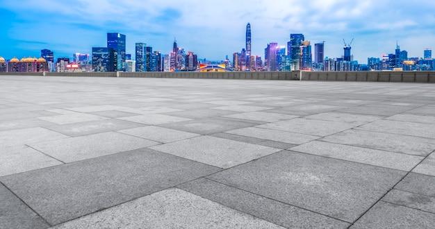 Paesaggio urbano e orizzonte di shenzhen in cielo blu dal pavimento vuoto