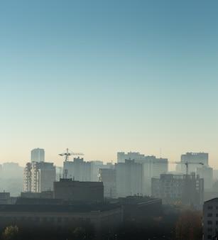 Paesaggio urbano all'alba, costruzione di tetti, vista degli uccelli