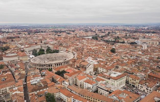 Paesaggio urbano della città di verona e dell'arena di verona, italia. vista aerea