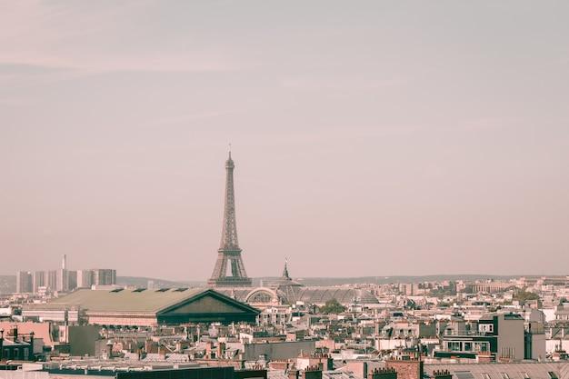 Vista del paesaggio urbano sugli splendidi edifici e sulla torre eiffel