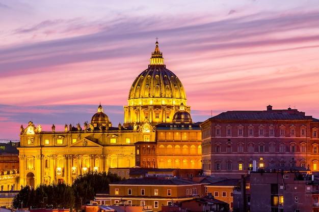 Vista del paesaggio urbano di roma al tramonto