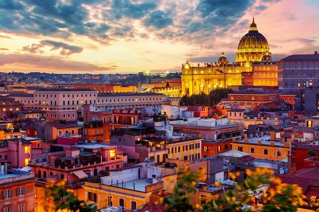 Vista del paesaggio urbano di roma con la cattedrale di san pietro