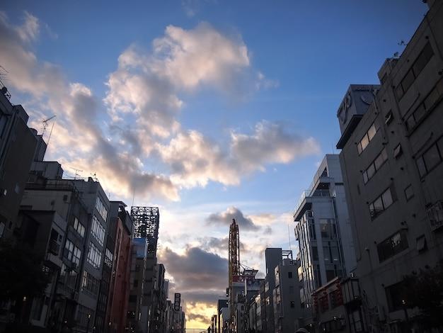 Paesaggio urbano con edifici al tramonto contro il cielo nuvoloso