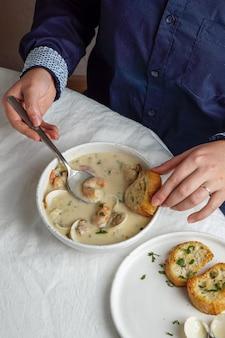 Zuppa di zuppa di vongole veraci con gamberi e patate