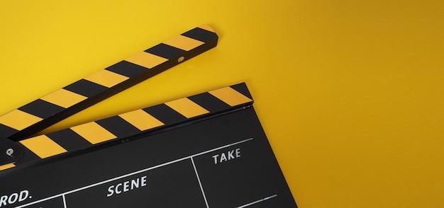 Ciak o ardesia di film. utilizza nella produzione video e nell'industria cinematografica su sfondo giallo.