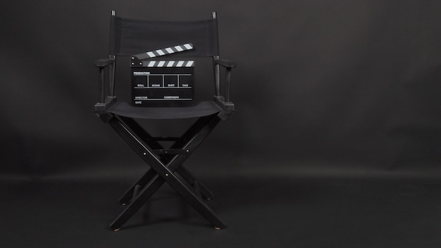 Ciak o ardesia cinematografica con sedia da regista utilizzata nella produzione video e nell'industria cinematografica