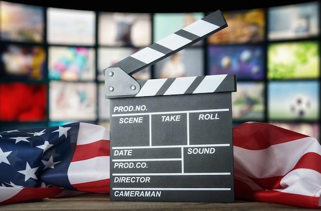 Clapperboard sullo sfondo della bandiera usa. cinema americano