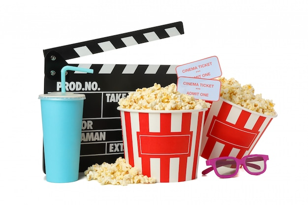 Ciak, secchi con popcorn, bevanda e vetri 3d isolati su spazio bianco