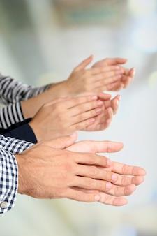 Battendo le mani su sfondo luminoso