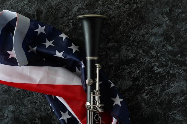 Clarinetto e bandiera americana su sfondo nero smokey