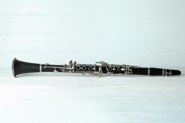Strumento musicale per clarinetto su fondo di legno bianco.