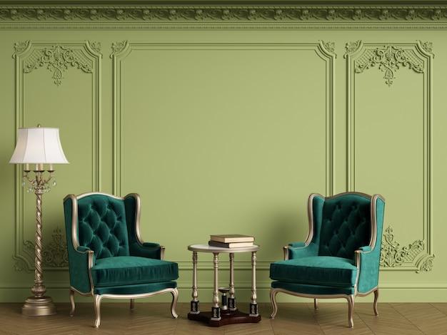 Poltrone classiche in interni classici con cornice classica vuota sul muro. gamma verde