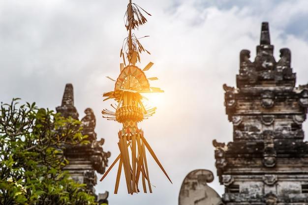 Penjor balinese classico, uno dei simboli principali dell'isola di bali, indonesia