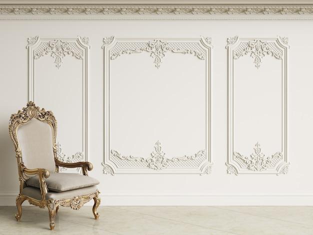 Poltrona classica barocca con interni classici. pareti con modanature e cornice decorata. pavimento di marmo. rendering 3d