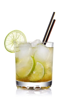 Classico cocktail brasiliano di caipirinha isolato su sfondo bianco