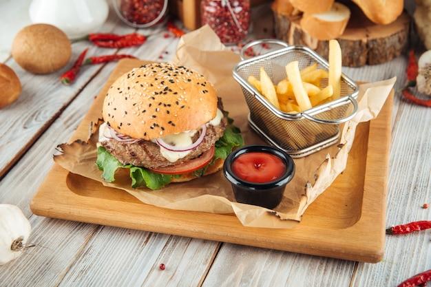 Combo di hamburger classico con patatine fritte e ketchup