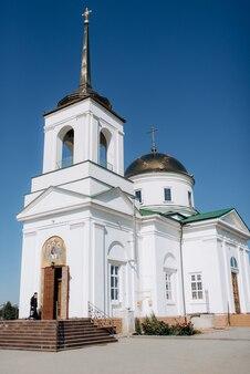Cattedrale classica della chiesa ortodossa con icone e altare Foto Premium