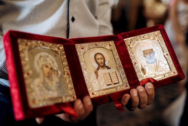Cattedrale classica della chiesa ortodossa con icone e altare