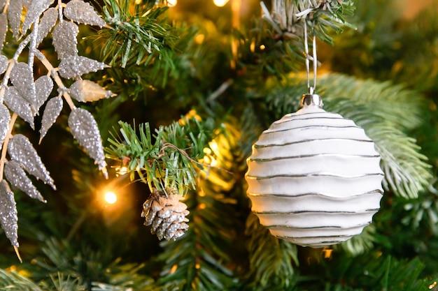 Classico albero di natale decorato di capodanno albero di natale con decorazioni wite e argento ornamenti ...