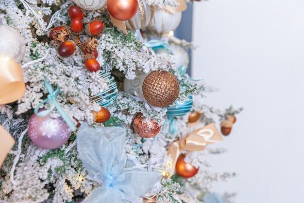 Natale classico capodanno decorato albero di capodanno con decorazioni ornamento argento e bianco giocattolo e palla. appartamento di design d'interni in stile classico moderno. la vigilia di natale in casa.
