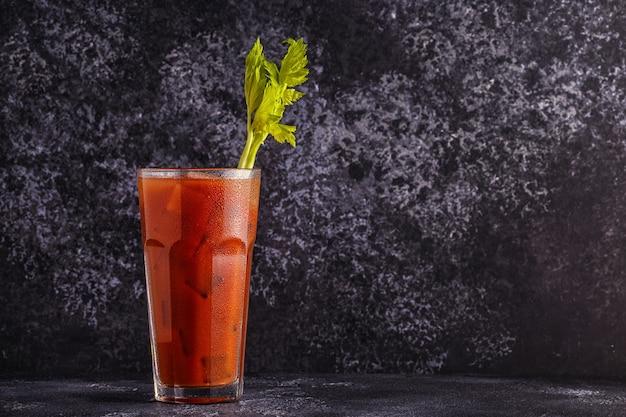Cocktail classico bloody mary su uno sfondo scuro