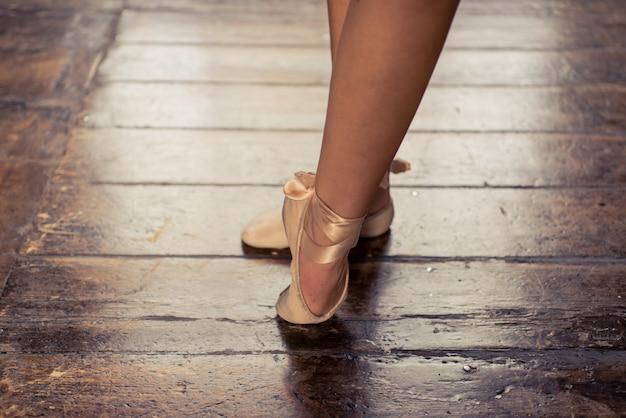 Ballerino classico che esegue balletto
