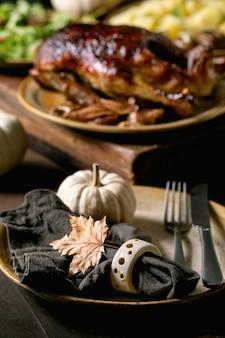 Piatto classico anatra glassata arrosto con mele e contorno