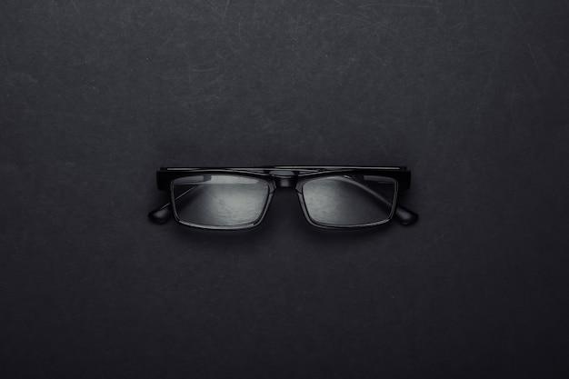 Occhiali da vista classici sul nero.