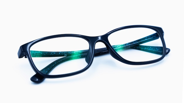 Primo piano classico degli occhiali isolato su fondo bianco