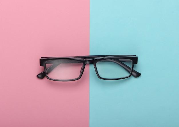 Occhiali da vista classici su pastello blu rosa.