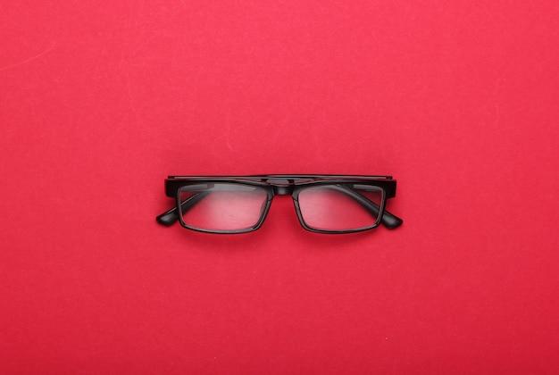 Occhiali da vista classici sul rosso.