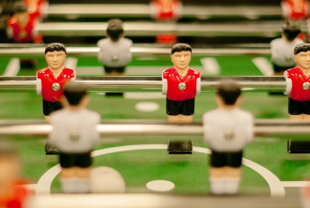 Calcio balilla classico, un frammento del campo di gioco con due file di figure di giocatori ravvicinate