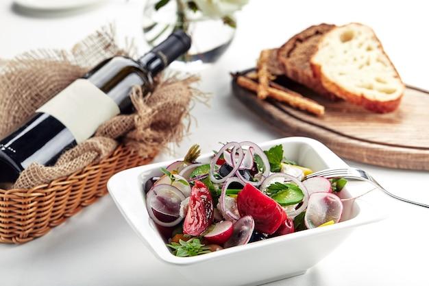 Insalata greca classica. piatti festivi per banchetti. menù ristorante gourmet. sfondo bianco.