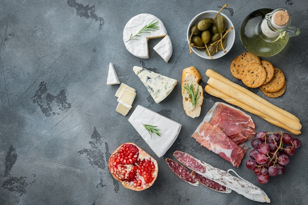 Antipasti italiani classici set, su grigio, piatto laici