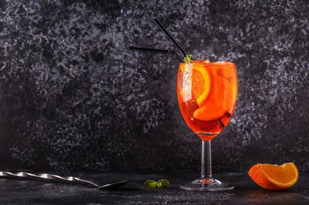 Classico cocktail aperol spritz italiano, fuoco selettivo.