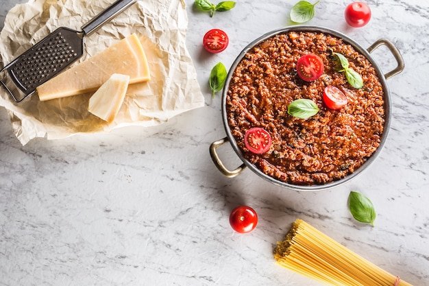 Ragù classico italiano con pasta spaghetti olio d'oliva pomodori basilico e parmigiano