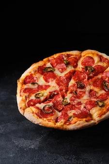 Classica pizza italiana ai peperoni con peperoni jalapeno.