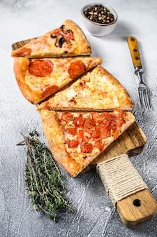 Pizza italiana classica su un tagliere di legno