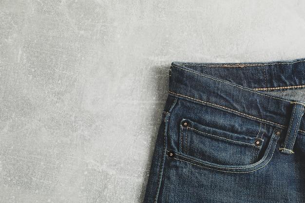 Jeans classici sul tavolo grigio