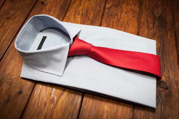 Look classico. set di vestiti maschili. camicia bianca con cravatta rossa