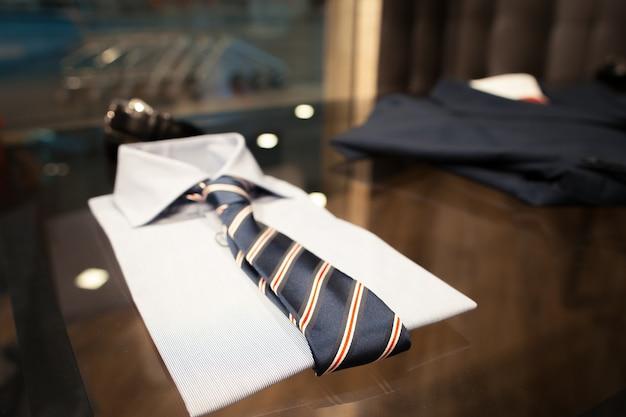 Look classico. camicia e cravatta a righe su vetrina