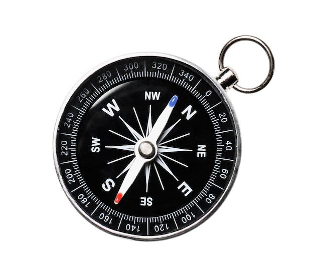 Bussola magnetica classica, bussola di navigazione in metallo isolata su uno sfondo bianco. vista dall'alto
