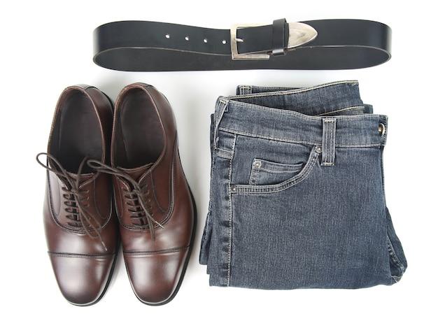 Scarpe, cintura e vestiti marroni degli uomini classici su bianco