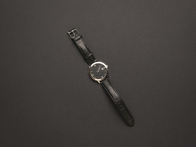 Orologio classico da uomo con cinturino in pelle su fondo nero. un accessorio da uomo alla moda e alla moda.