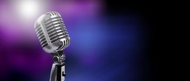 Un classico microfono musicale su sfondo colorato sfocato