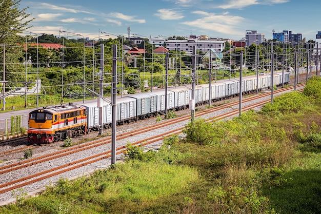 Un classico vecchio treno merci che corre su una strada del treno elettrico