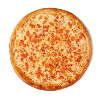 Pizza margherita classica. con pomodoro e mozzarella. vista dall'alto. sfondo bianco. isolato.
