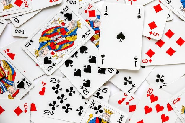 Classico gioco di carte da gioco disposto su un tavolo. sfondo bianco
