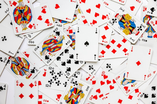 Classico gioco di carte disposto su un tavolo. sfondo bianco