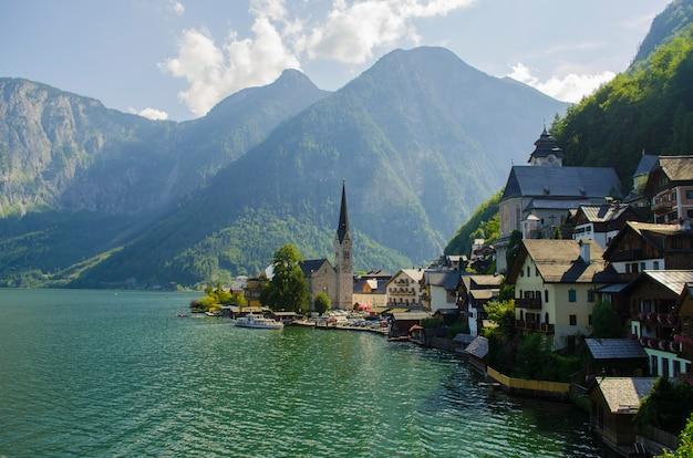 Vista classica della cartolina della città famosa della riva del lago hallstatt nelle alpi, salzkammergut
